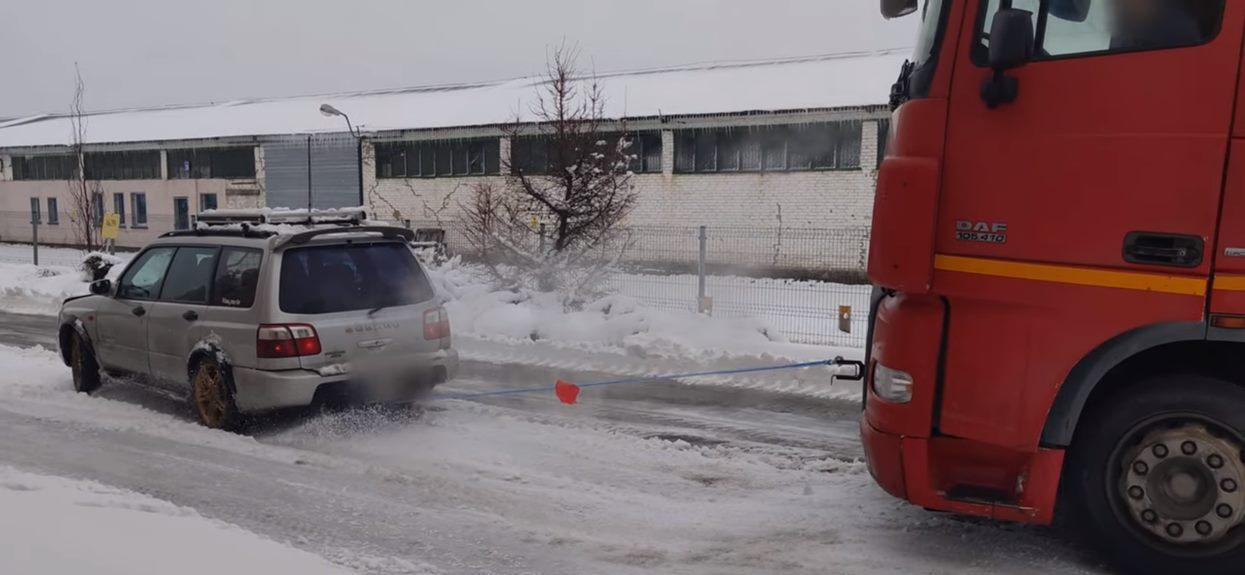 Subaru wyciąga ciężarówkę