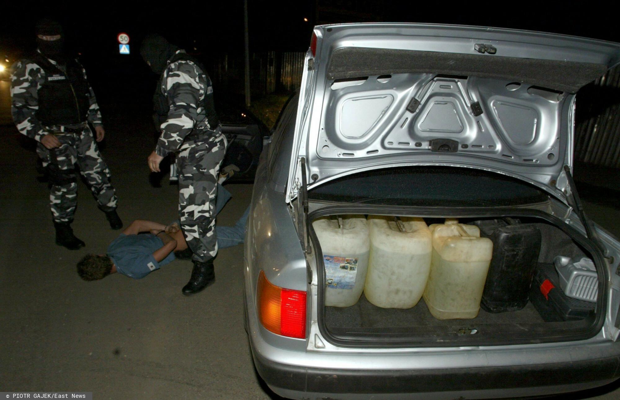 Policjanci zatrzymali nastolatków, którzy kradli paliwo z samochodów