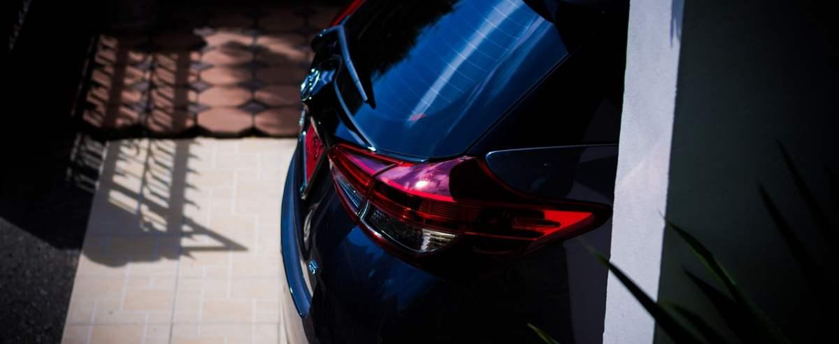Czy przyciemnianie wszystkich szyb w samochodzie jest zgodne z prawem?
