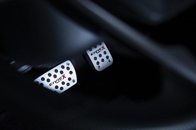 Hamowanie silnikiem – jak to robić, kiedy unikać, czy warto?
