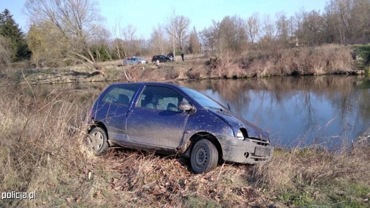 Kierowca wskoczył do wody i przepłynął na drugi brzeg rzeki, aby uciec przed policją. Źródło: Materiały Policyjne