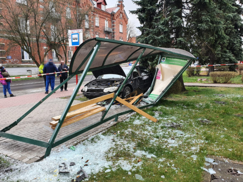 Pijany kierowca Chryslera wjechał w przystanek.