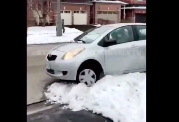 Złodziej utknął na hałdzie śniegu