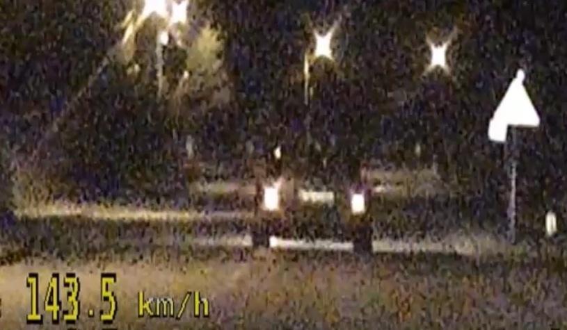 Jechał 143 km/h w terenie zabudowanym. Stracił prawo jazdy i otrzymał 14 punktów karnych / Źródło: Materiały Policyjne