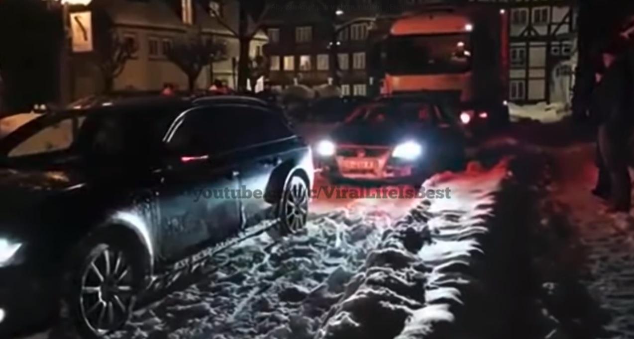 Kierowca Audi urywa zderzak Volkswagena. Próbował pomóc kierowcy TIR-a
