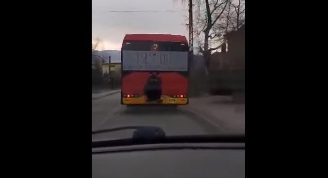 Mężczyzna jechał na gapę, stojąc na zderzaku autobusu. MZA planuje wyciągnąć konsekwencje