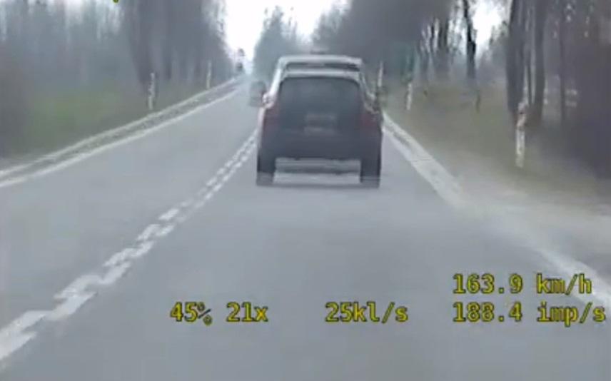 Kierowca Porsche wyprzedził nieoznakowany radiowóz. Znacznie przekroczył prędkość. Źródło: Materiały Policyjne