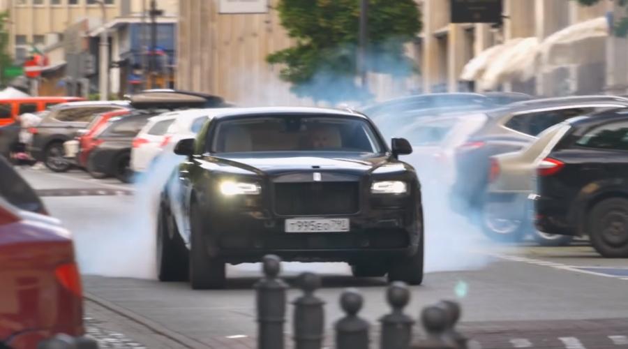 Rolls-Royce pali gumę
