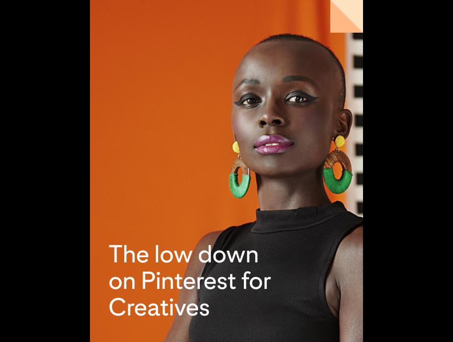 Mulher negra usando maquiagem ousada e brincos coloridos