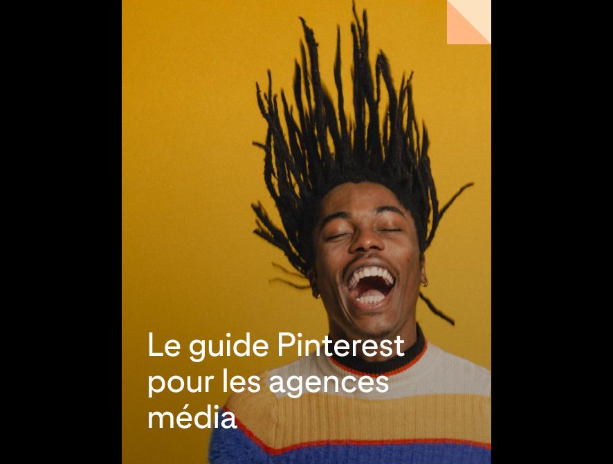 Homme noir joyeux, portant des dreadlocks et balançant sa tête en arrière dans un éclat de rire