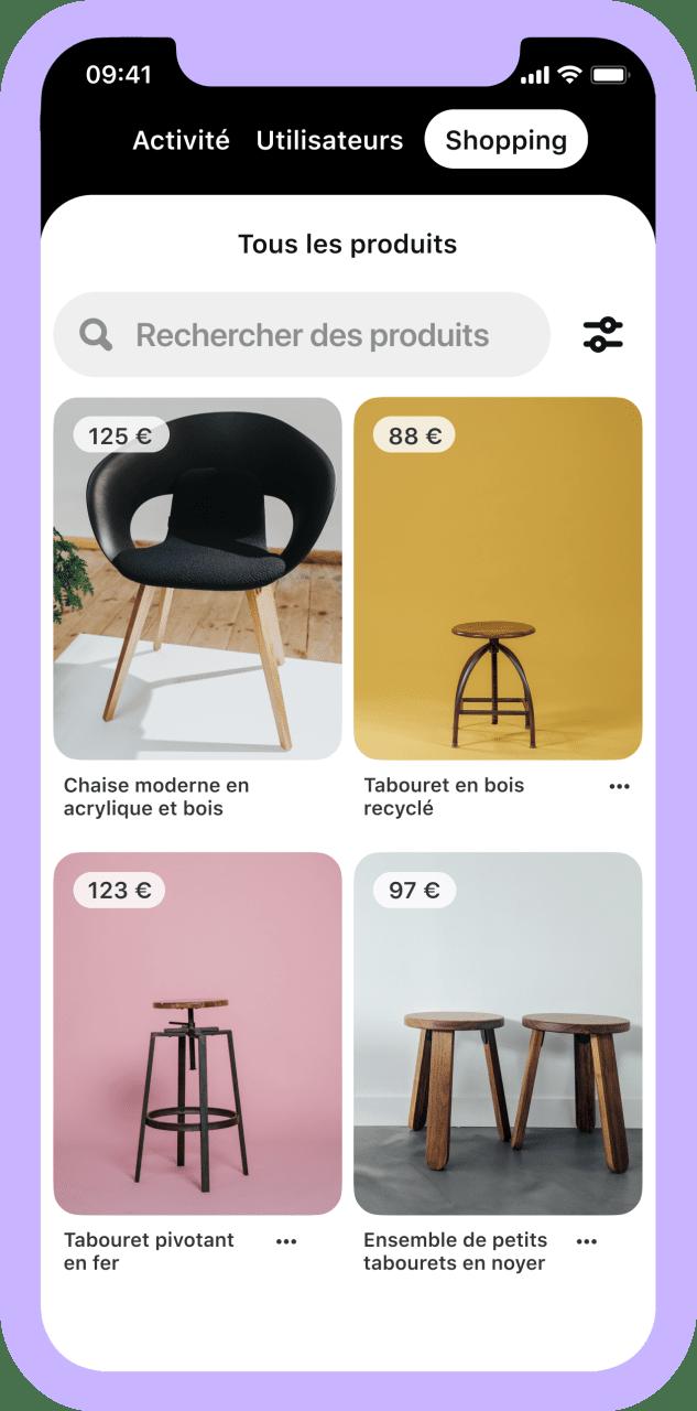 Écran de téléphone montrant les produits d'un catalogue de meubles