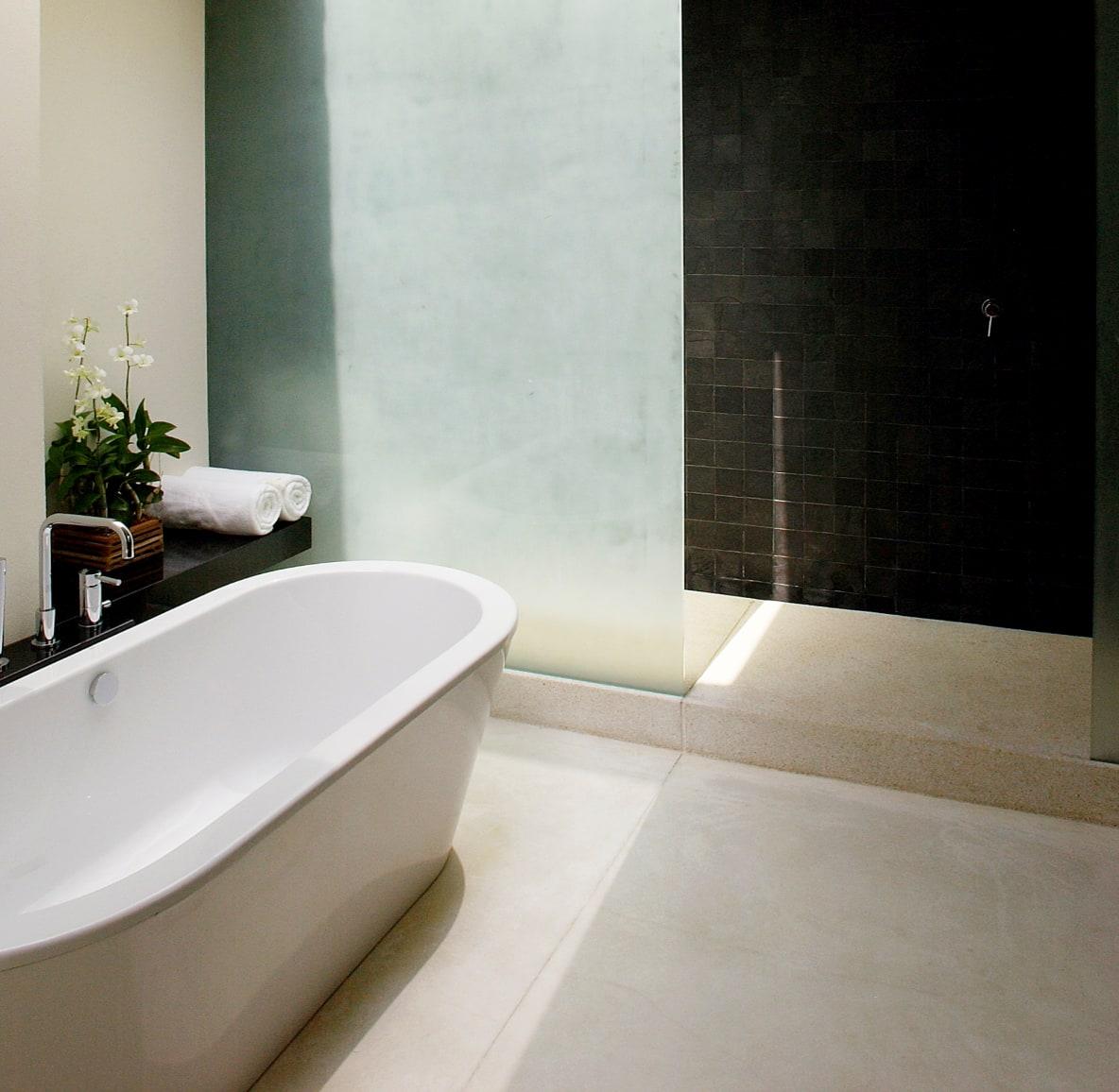 Eine freistehende Badewanne in einem schlichten Badezimmer