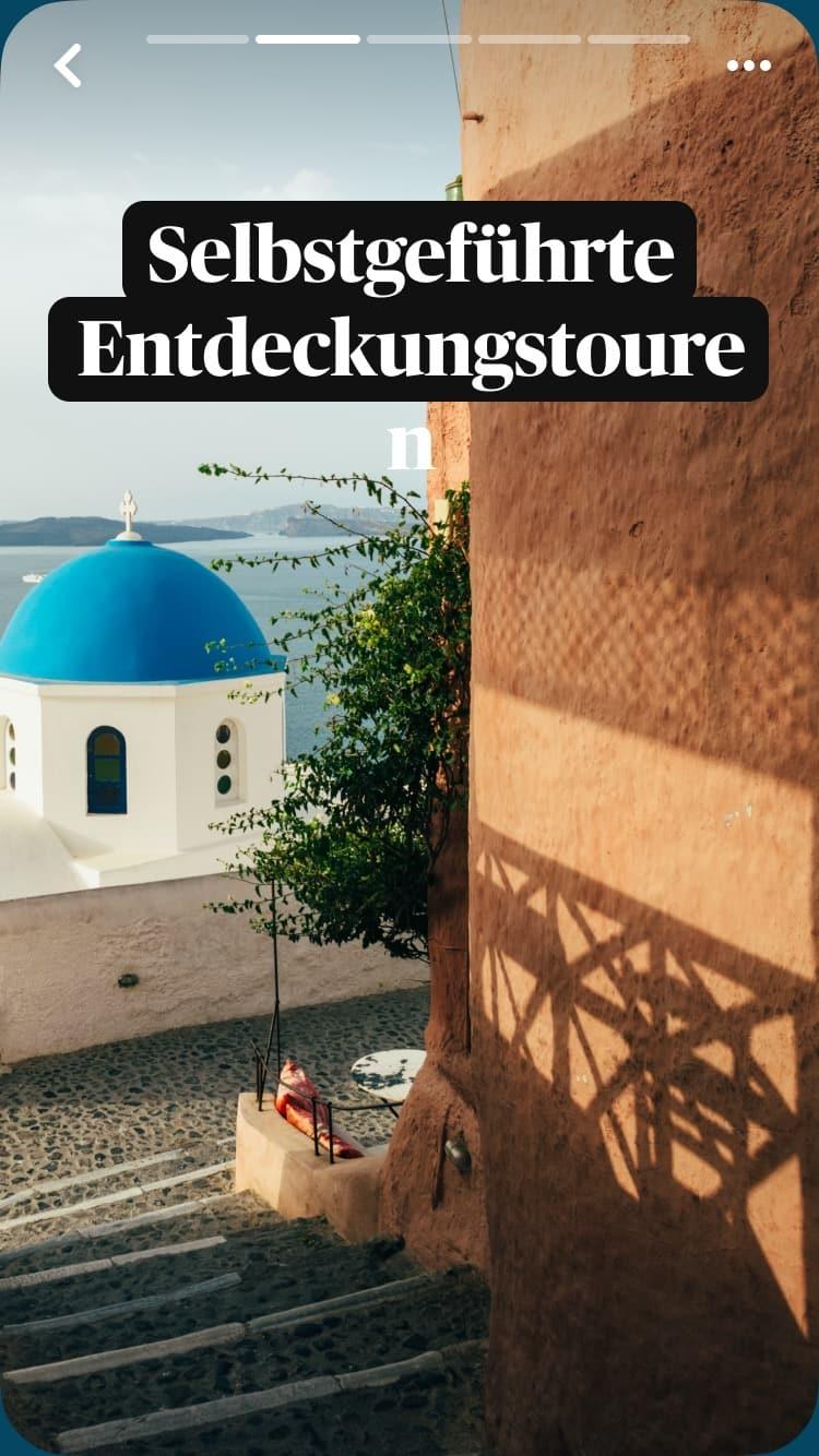 Steinstufen führen zu einer Kirche mit blauer Kuppel auf Santorini, Griechenland, im Hintergrund das Meer. Auch im Bild ist ein Text-Overlay: Selbstgeführte Entdeckungstouren.