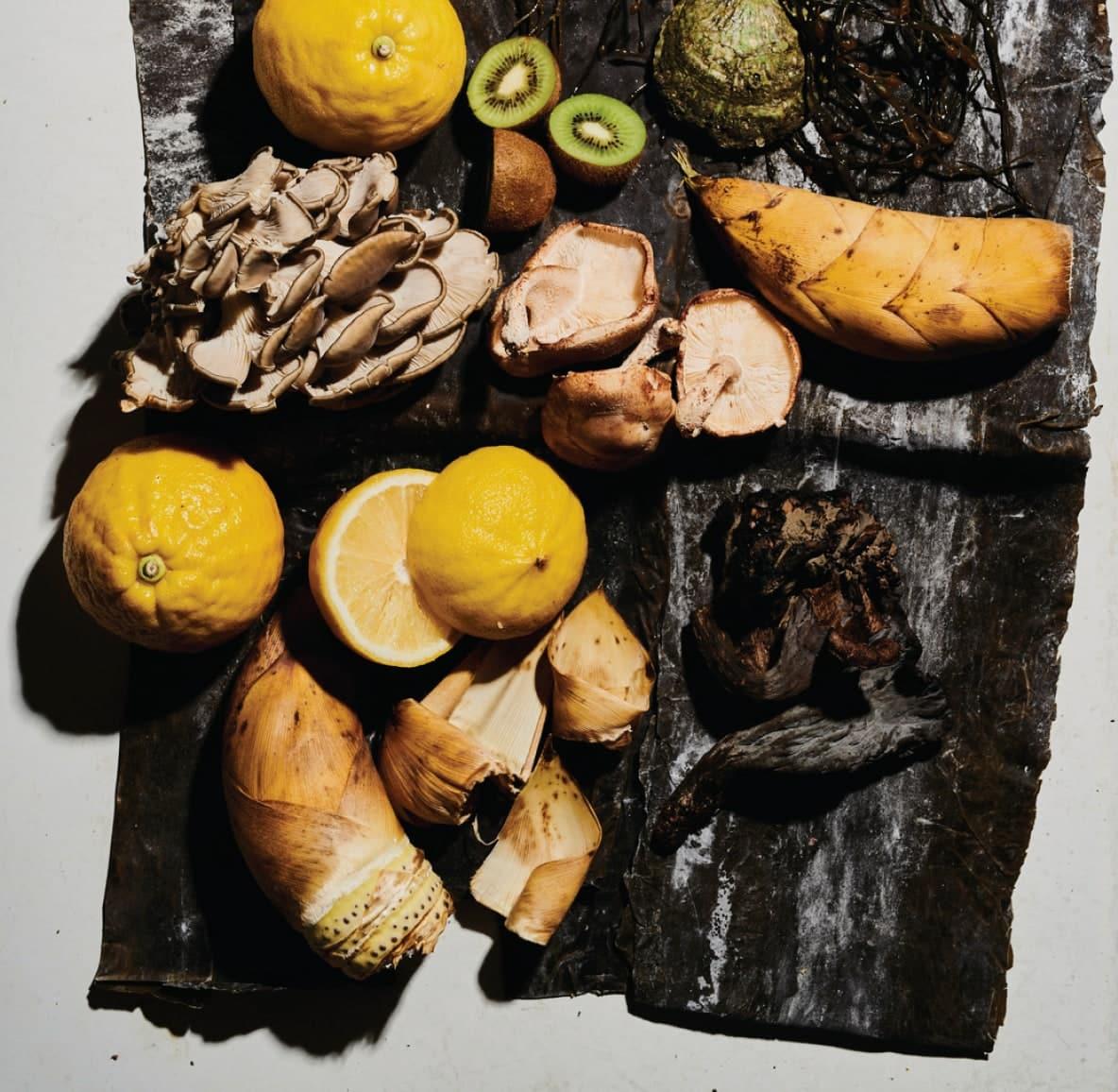 Vários alimentos forrageiros, incluindo kiwi, limão e cogumelo