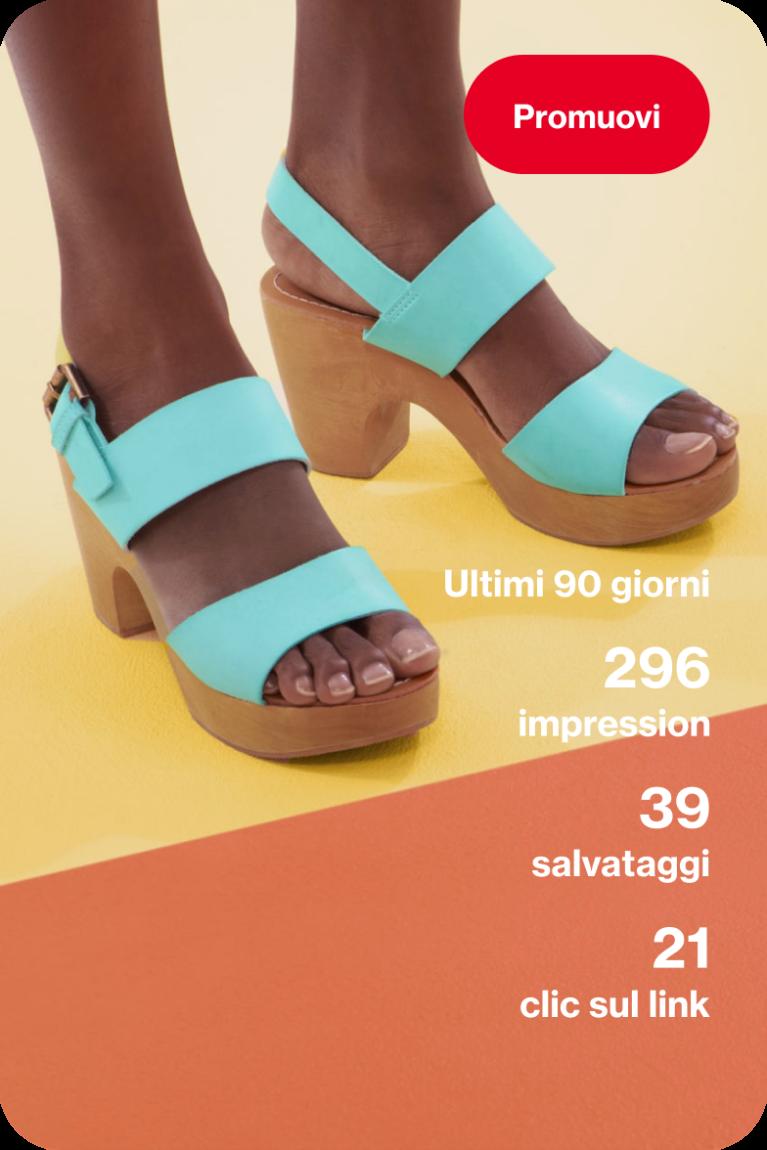 Una donna che indossa un paio di sandali color foglia di tè