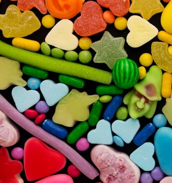 Várias gomas de fruta doces nas cores do arco-íris