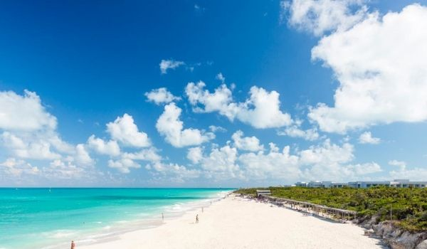 Beau ciel bleu, plages de sable blanc et eau turquoise