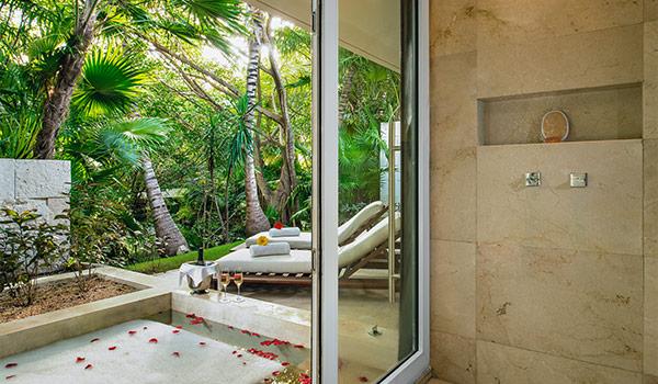 Terrasse donnant sur une magnifique plage parsemée de palmiers luxuriants