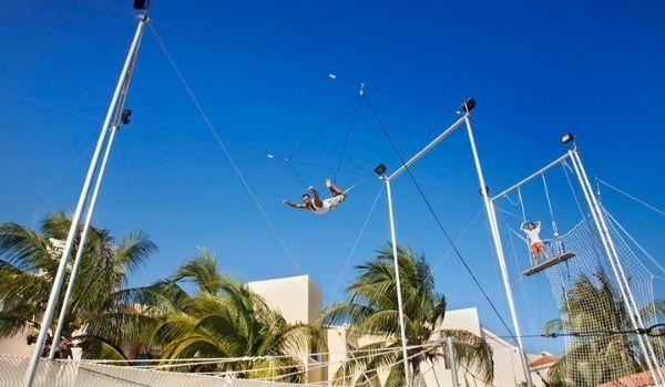 Deux personnes pratiquant des exercices d'acrobatie sur un parcours aérien