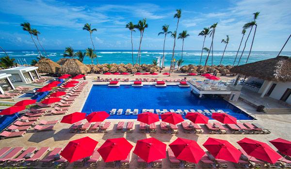 Terrasse privée dotée d'une piscine à débordement surplombant la mer lors d'une journée ensoleillée