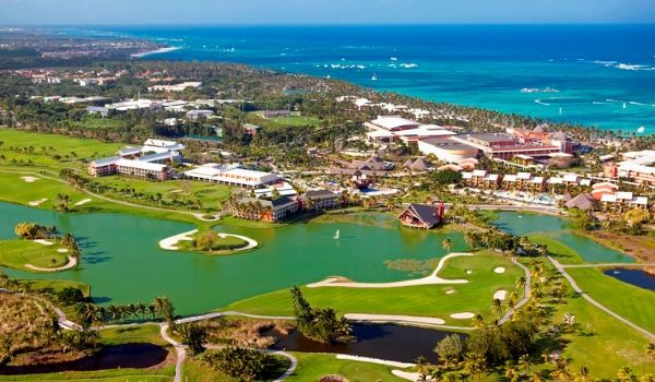 Parcours de golf avec l'océan à l'horizon vu des airs
