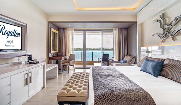 Grande suite luxueuse offrant une vue sur la mer