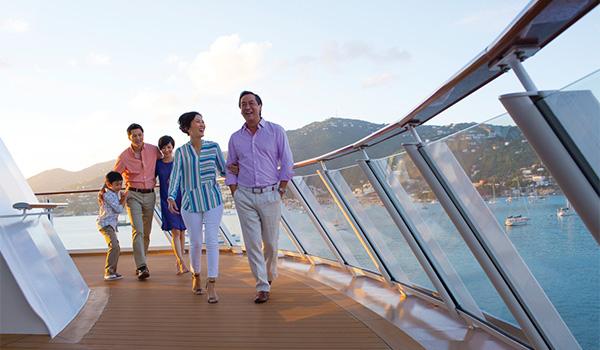 Famille de plusieurs générations marchant sur la promenade du navire