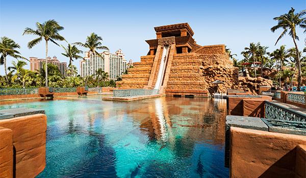 Le Leap of Faith, un toboggan aquatique en tunnel allant d'un temple maya à un lagon débordant de requins