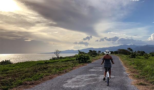 Femme faisant de la bicyclette sur un sentier