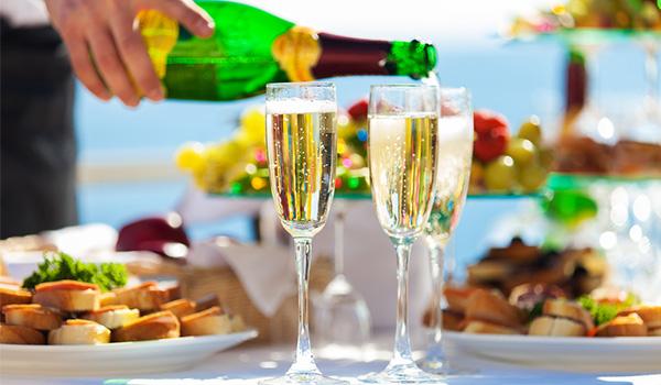 Déjeuner avec champagne servi à la piscine