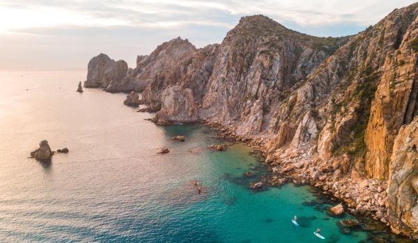 Paysages rocheux surplombant la côte de Los Cabos