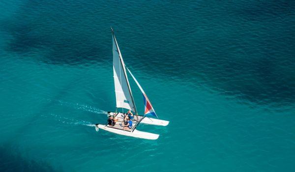 Vue aérienne sur des personnes à bord d'un catamaran en mer