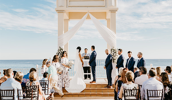 Lauren and Rob's wedding ceremony overlooking the sparkling ocean