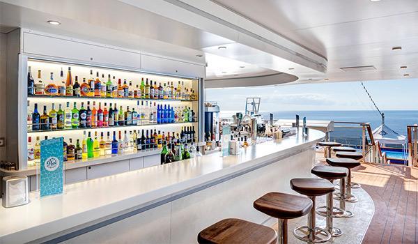 Bar à bord offrant des vues sur l'océan