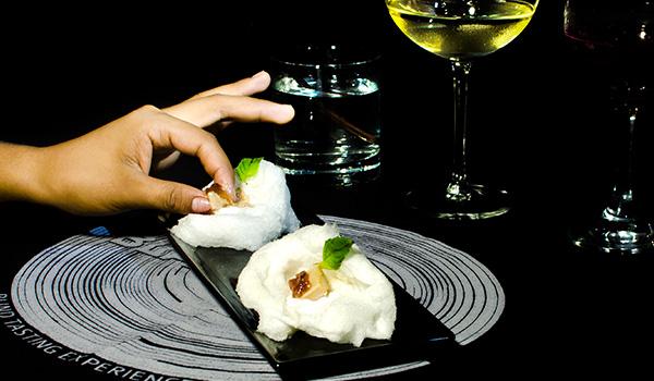 Personnes dégustant de petites bouchées dans un restaurant au décor moderne