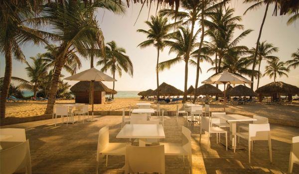 Bar à la plage devant la mer au coucher du soleil
