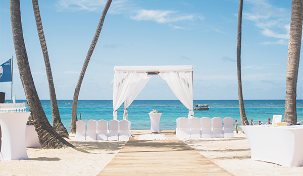 Élégant autel de mariage avec vue sur la mer étincelante