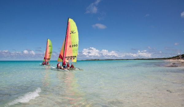 Catamarans voguant le long de la côte de Cayo Coco