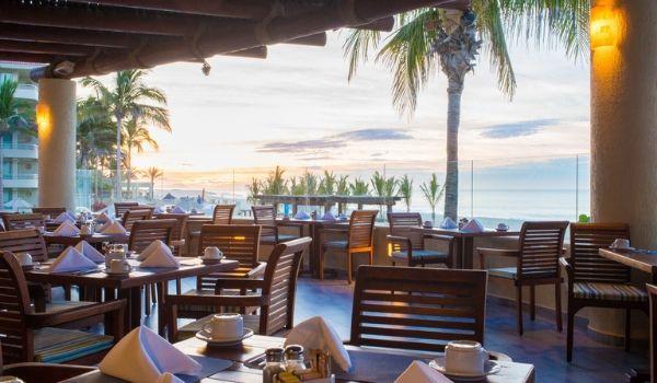Restaurant face à la mer au coucher du soleil