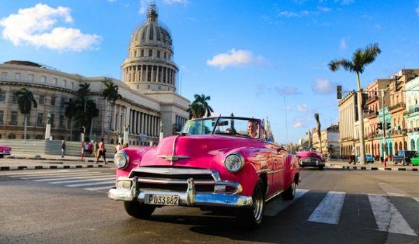 Promenade en voiture américaine d'époque dans les rues de La Havane