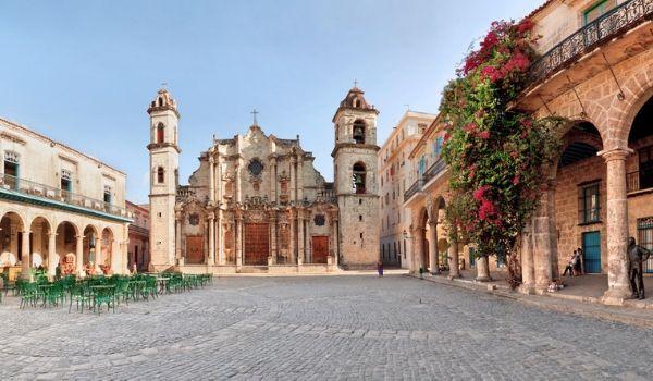 Cour pavée devant la cathédrale de La Havane