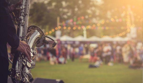 Joueur de saxophone devant une foule