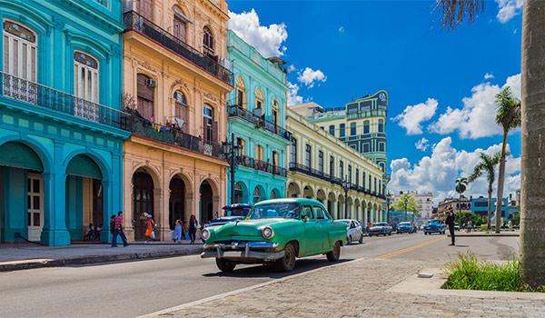 Voiture américaine classique devant des immeubles coloniaux à La Havane