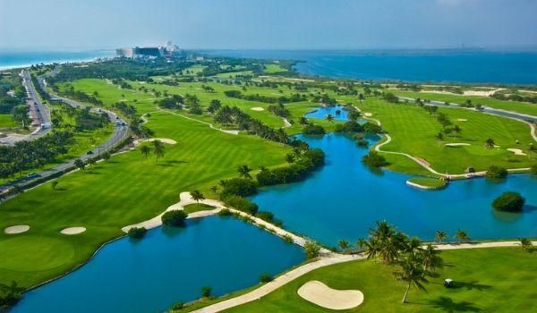 Parcours de golf autour un lac, vu des airs
