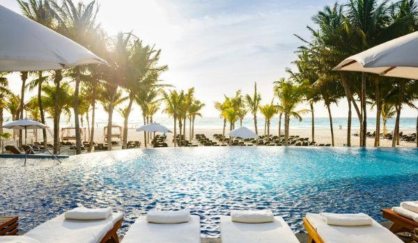 Chaises longues à côté d'une piscine à débordement