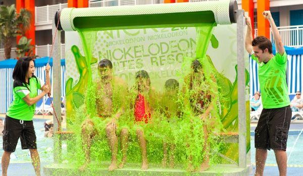 Famille se faisant arroser de glu à l'hôtel Nickelodeon