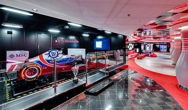Simulateur de Formule 1 entourée d'articles commémoratifs de course