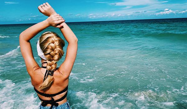 Plage immaculée de sable blanc donnant sur la mer