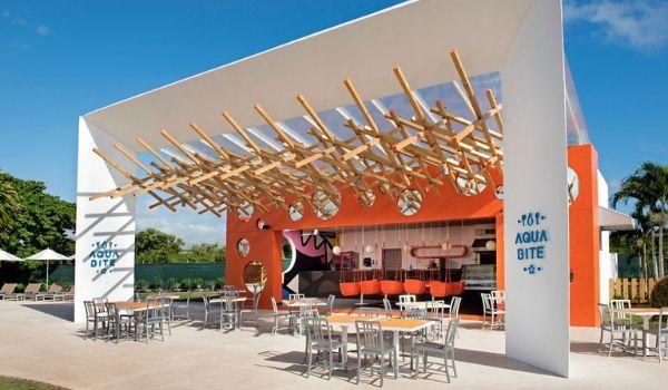 Restaurant extérieur entouré de tables et de chaises sur une terrasse