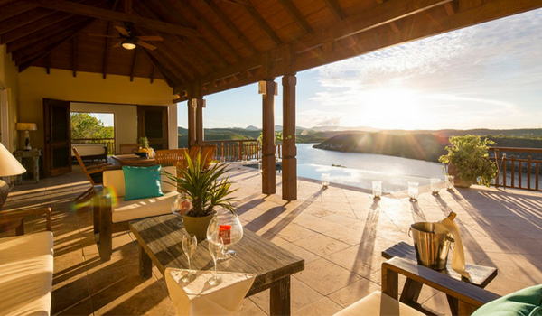 Vue d'Antigua au coucher du soleil depuis une terrasse privée